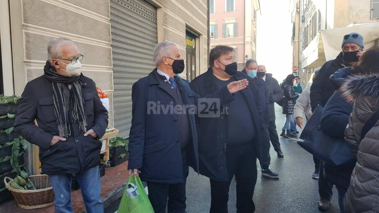 mperia, il mercato torna in centro: visita del sindaco Scajola e dell'assessore Oneglio
