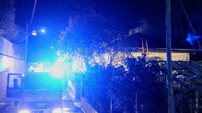 A fuoco tetto di una abitazione a San Bartolomeo al Mare