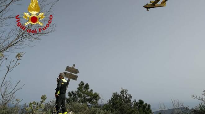 Emergenza incendi, Canadair in azione a Villa Faraldi
