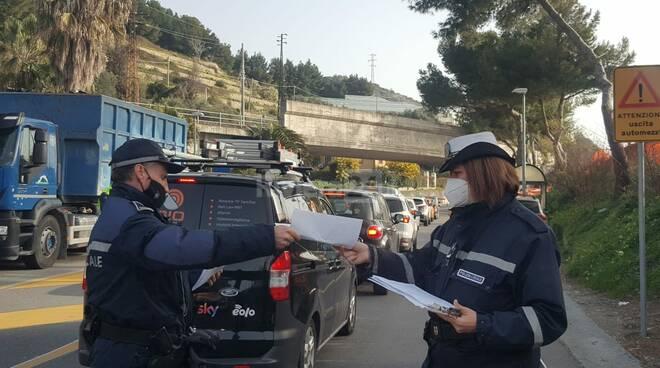 Lunghe code per un cantiere a San Lorenzo, controlli a tappeto dei vigili