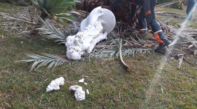 Sanremo, crolla una palma a Villa Ormond e manda in frantumi la statua della primavera