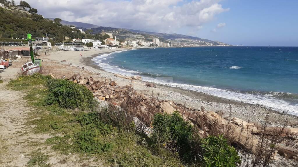 Sanremo, uomo disperso in mare ritrovata imbarcazione sulla spiaggia di Bussana