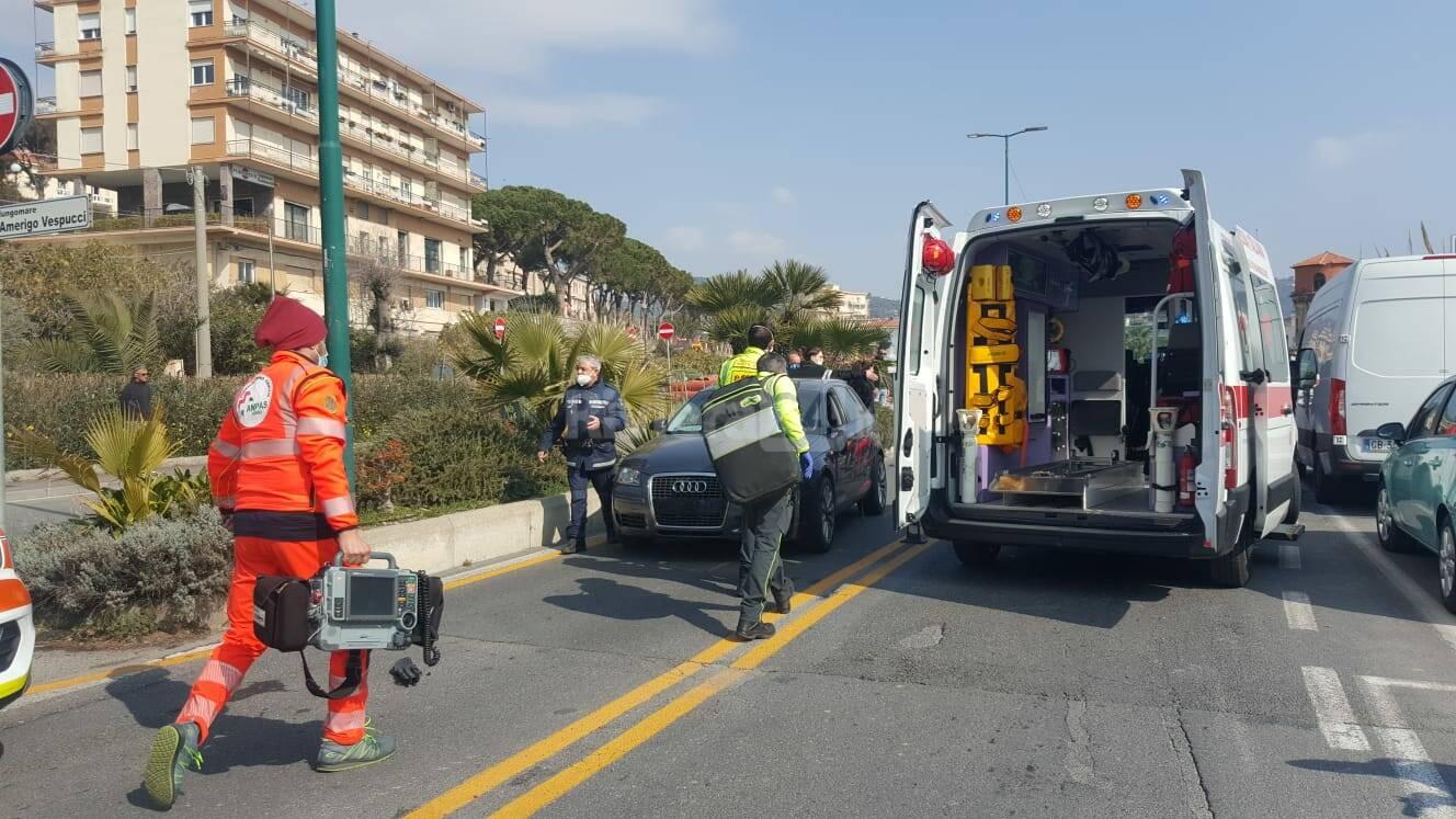 Tremendo frontale auto-bici in lungomare Vespucci