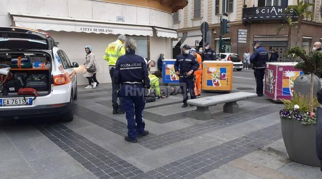 giovane soccorso vigili urbani