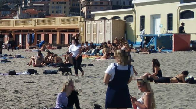 assembramenti spiaggia d'oro