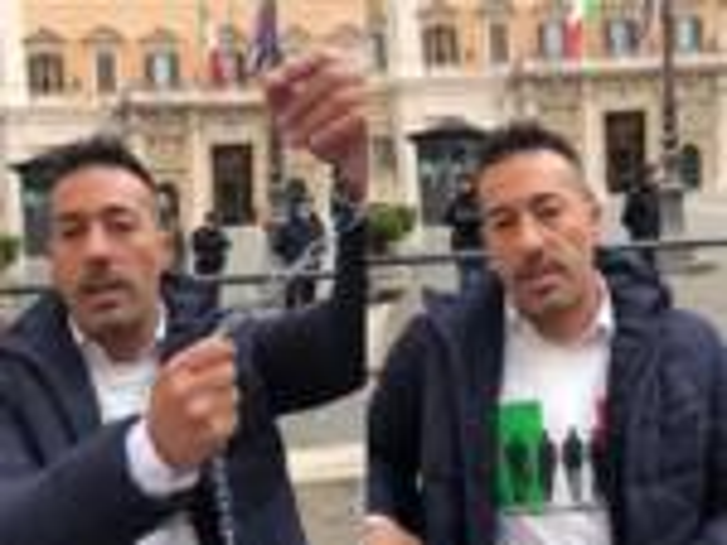 Maurizio Pinto incatenato