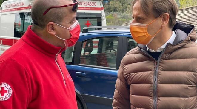 riviera24 - Marco Scajola in visita al centro vaccini di Chiusavecchia