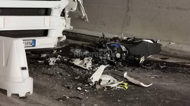 Ventimiglia, schianto tra tir e moto sulla Statale 20: un morto
