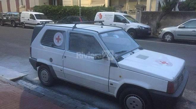 auto danneggiata croce rossa
