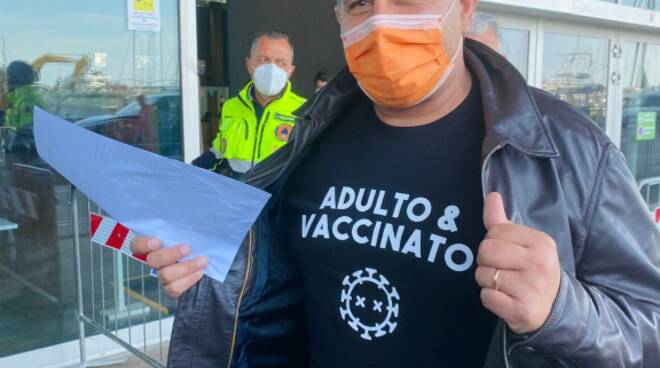 Giovanni Toti fa vaccino