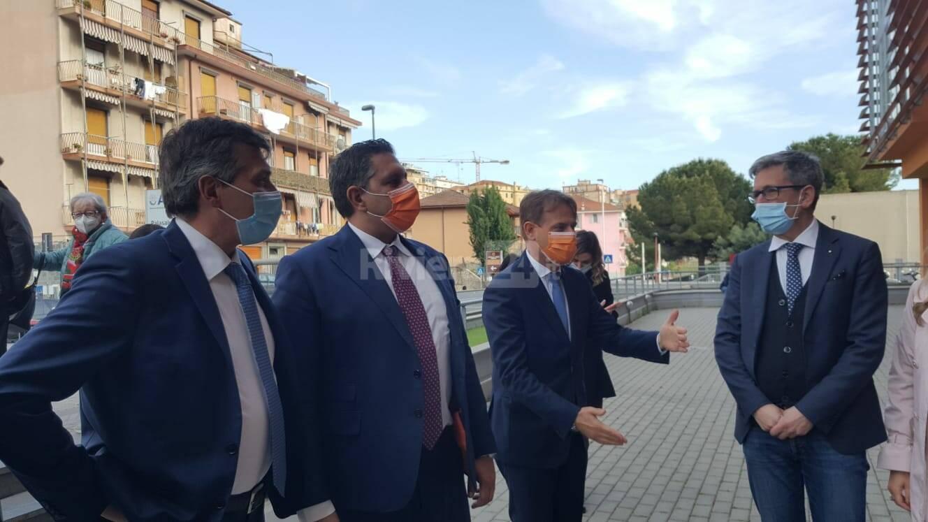 Imperia, visita del presidente della Regione Giovanni Toti al centro vaccinale del Palasalute