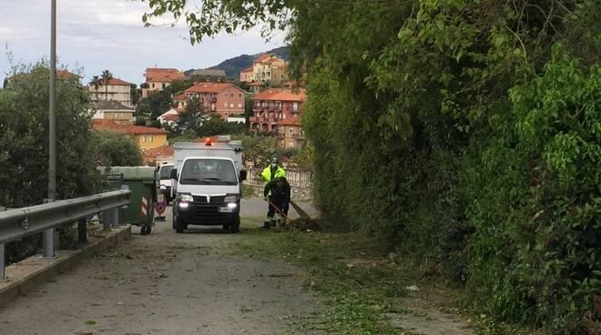 riviera24 - San Bartolomeo al Mare sfalcio e pulizia delle cunette