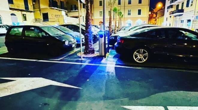 auto parcheggiate su spazi colonnine elettriche