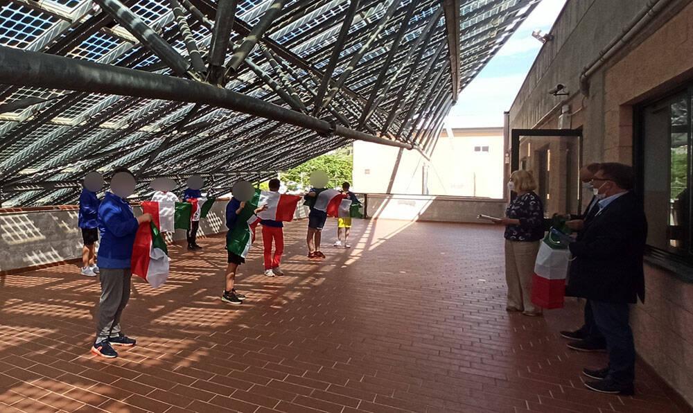 Lions Club Riva S. Stefano Golfo delle Torri consegna il Tricolore ai bambini