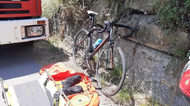 Sanremo, ciclista finisce fuori strada: i soccorsi