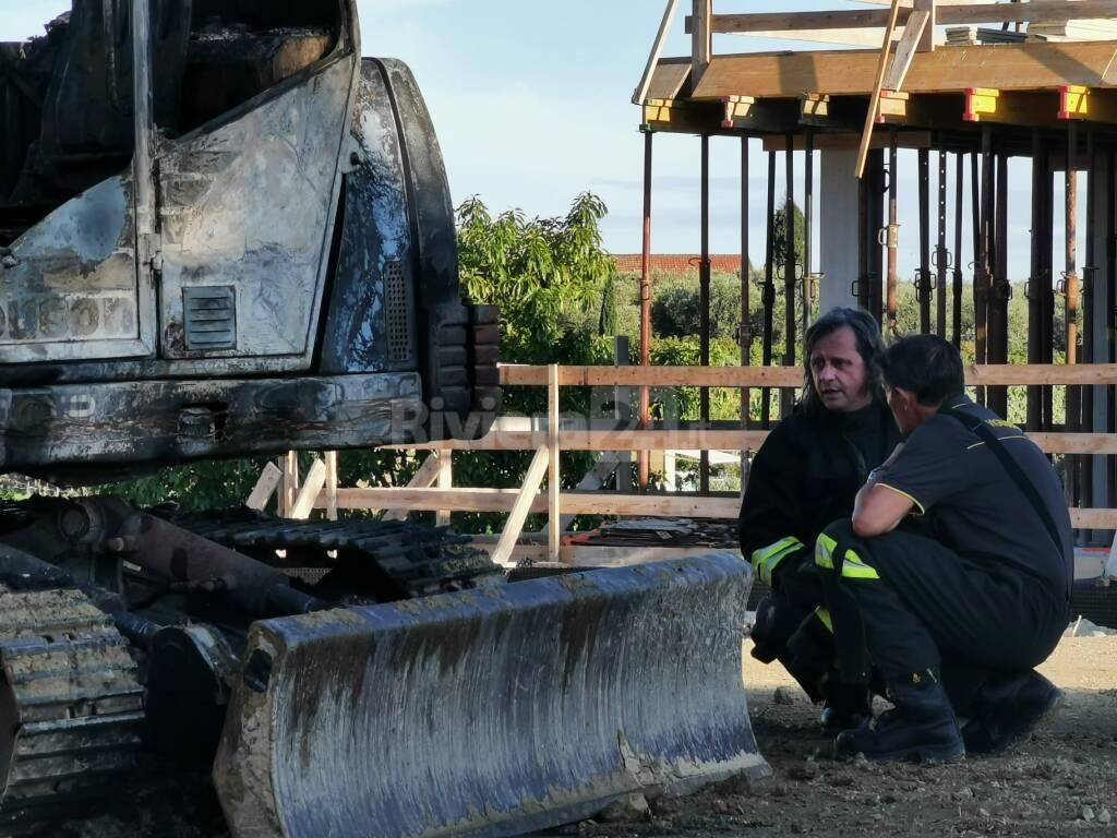 Brucia un escavatore sulla collina di Bordighera