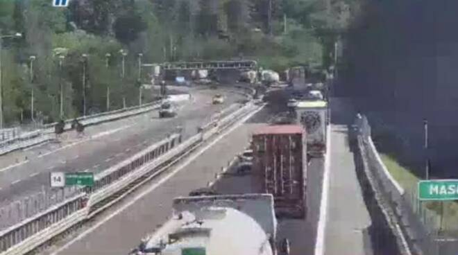 Camion in fiamme autostrada