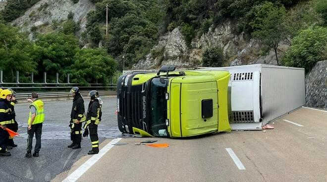 Camion ribaltato in autostrada