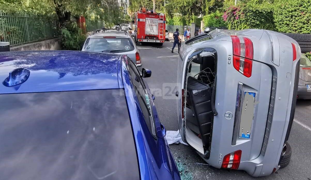 Cappotta con l'auto nel centro di Bordighera, traffico paralizzato in via Vittorio Veneto