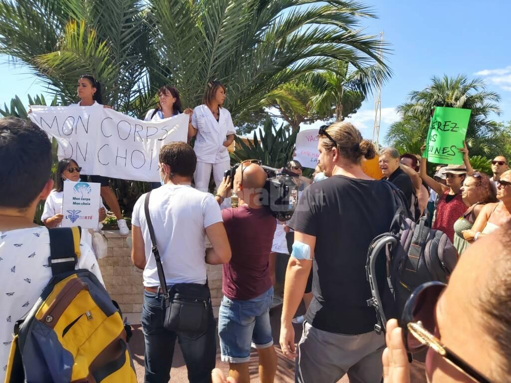 No al pass sanitario obbligatorio, francesi in corteo a Mentone