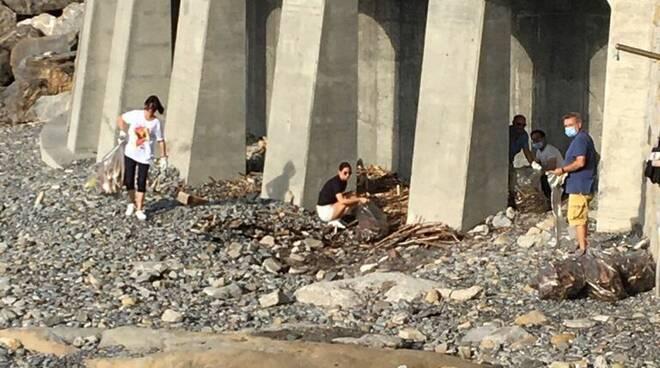 Pulizia e ripristino delle spiagge a Bordighera