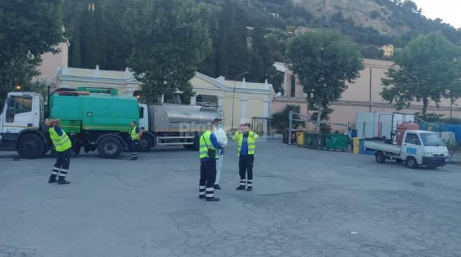 pulizia straordinaria piazzale occupato da migranti ventimiglia
