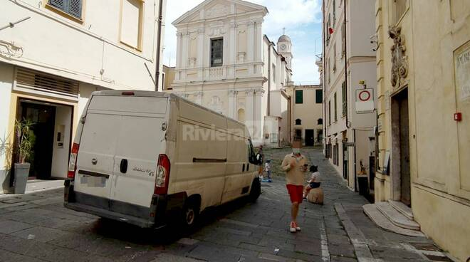 riviera 24 - piazza Nota furgone parcheggiato in divieto