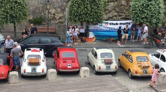 riviera24 - Raduno delle Fiat 500 d'epoca a Cervo