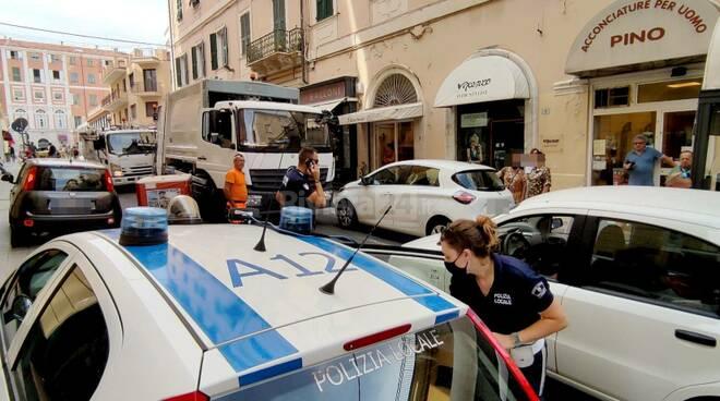 riviera24 - Auto blocca camion rifiuti nel centro Sanremo