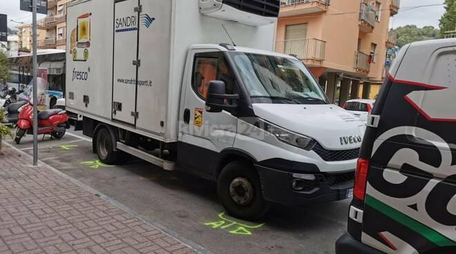 Riviera24 - Donna travolta da un camion