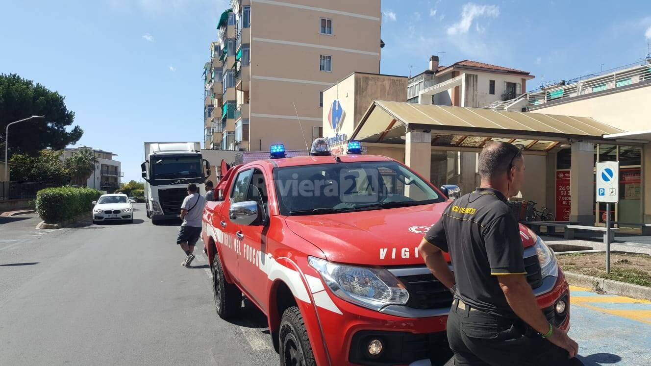 Imperia, motorino in fiamme nel parcheggio interrato del Carrefour