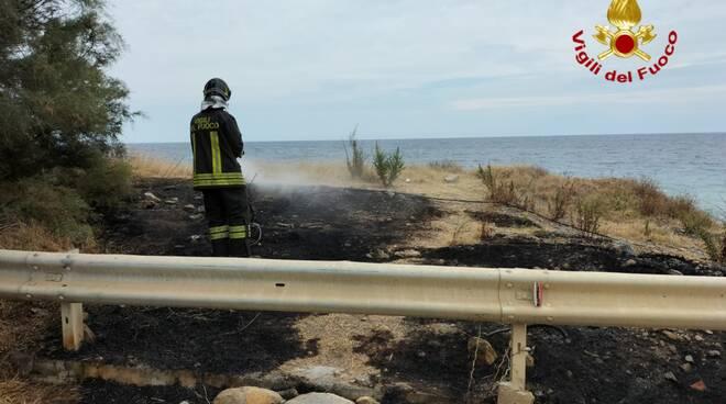 riviera24 - vigili del fuoco incendio sterpaglie