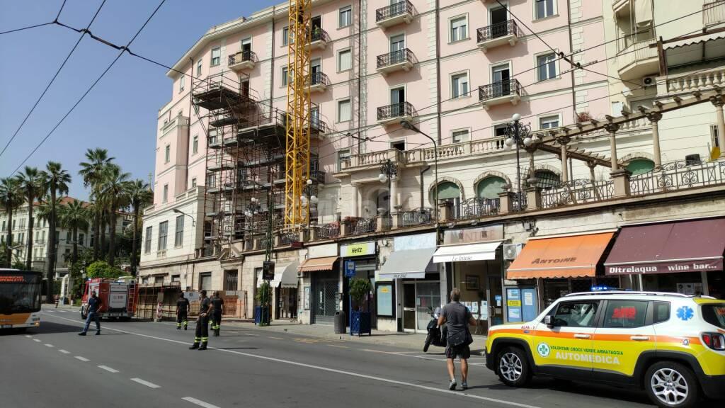 Sanremo, sale su gru e minaccia di buttarsi