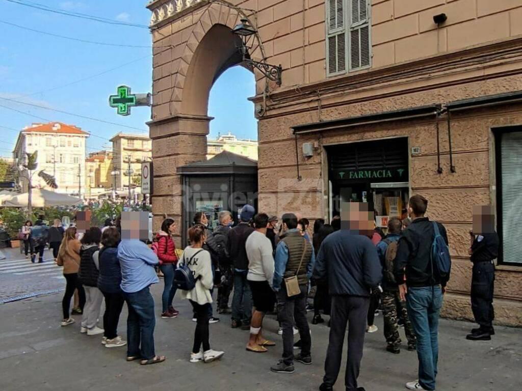 riviera24 - Sanremo, farmacie prese d'assalto per il tampone